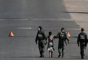 Soldados venezuelanos levam mulher que tentava cruzar fronteira em Pacaraima Foto: RICARDO MORAES / REUTERS