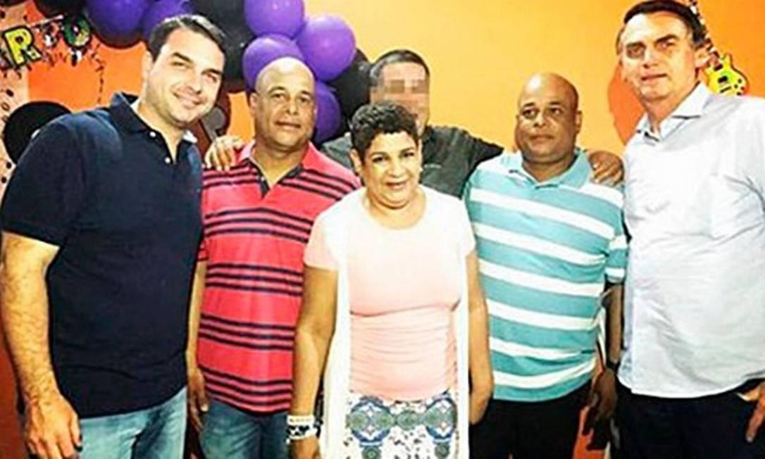 No Instagram, Flávio e Jair Bolsonaro, ao lado dos irmãos Valdenice, Alex e Alan Foto: Reprodução/Instagram