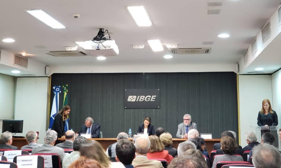 O ministro da Economia, Paulo Guedes (à direita), participa da cerimônia de posse da nova presidente do IBGE, Suzana Cordeiro Guerra Foto: Bruno Rosa / Agência GLOBO