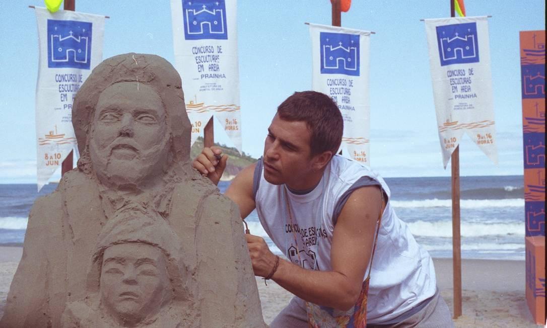 Apesar dos problemas psiquiátricos, Tonho da Lua possuía um dom artístico de produzir esculturas de mulheres nas areias da praia Foto: Luciana Leal / Divulgação