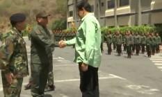 Maduro cumprimenta chefe militar, em uma das cenas de vídeo em que exalta força do governo Foto: Reprodução/Twitter