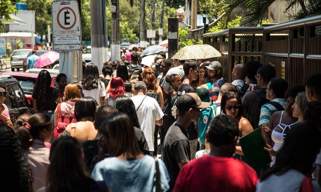 Fila para conseguir emprego em Niterói Foto: Brenno Carvalho / Agência O Globo