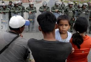 Pessoas esperam para cruzar fronteira em Pacaraima Foto: RICARDO MORAES / REUTERS