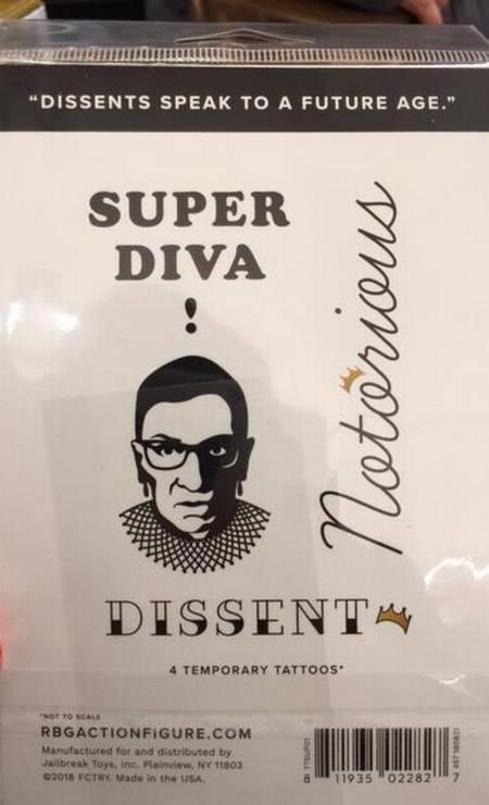 """Chamada de """"Super diva"""", Ruth Bader Ginsburg inspirou essas tatuagens temporárias. Foto: Agência O Globo"""