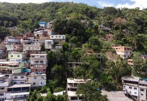Desmatamento. Avanço. Novas casas invadem áreas antes inabitadas no Morro da Babilônia. Foto: Agência O Globo/Brenno Carvalho