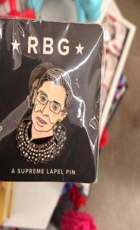 """Um """"supremo broche"""" com o rosto da juíza à venda em lojinha de NY Foto: Agência O Globo"""