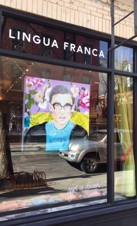 Quadro com o rosto da juíza estampa vitrine de galeria de arte no Greenwich Village, bairro descolado de NY. Foto: Agência O Globo