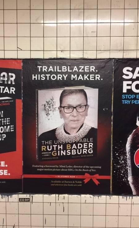Cartaz de propaganda de uma das biografias da juíza Ruth Bader Ginsburg, colado nas paredes do metrô nova-iorquino. Foto: Agência O Globo