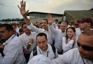 Juan Guaidó chega ao lado do presidente da Colômbia, Iván Duque, e da sua mulher, Fabiana Rosales, a show organizado em Cúcuta, no território colombiano, pela oposição venezuelana Foto: LUIS ROBAYO / AFP