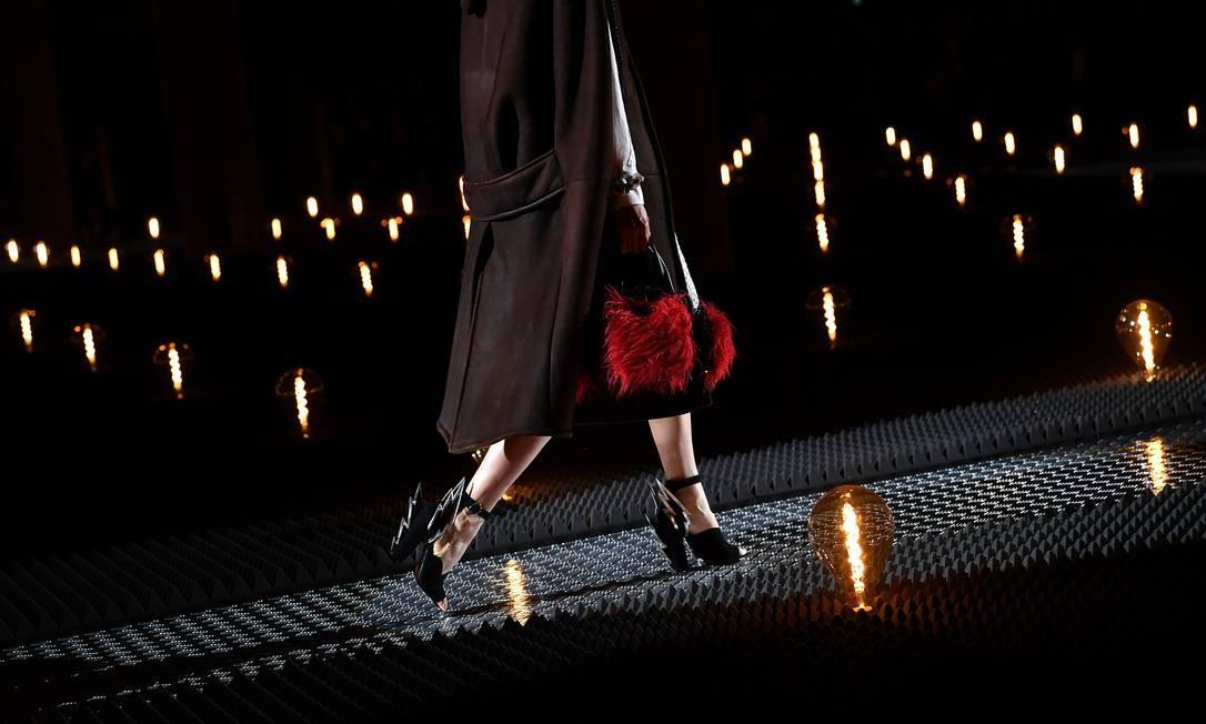 Uma modelo apresenta uma criação durante o desfile de moda feminina outono / inverno 2019/2020 da Prada, em Milão, Itália Foto: MARCO BERTORELLO / AFP