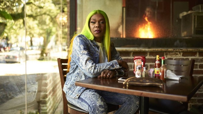 A rapper Big Freedia no Neyow's Creole Cafe, em Nova Orleans Foto: Edmund D. Fountain / The New York Times