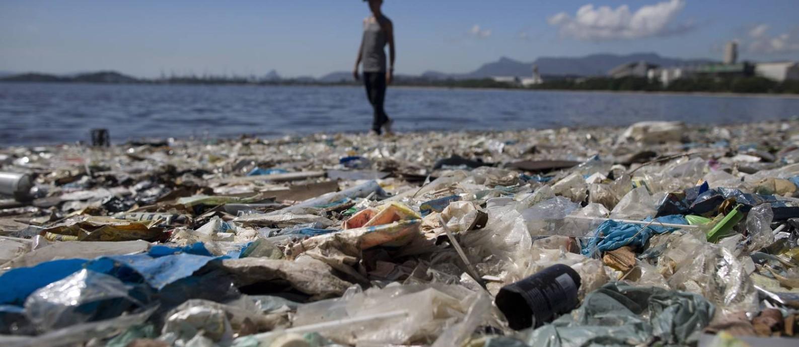 Degradação que choca: Montanha de lixo se acumula nas águas da Baía de Guanabara, na altura do Fundão, na Ilha do Governador. Nos últimos anos, programas de despoluição consumiram recursos públicos, mas amargaram fracassos em série Foto: Márcia Foletto / Agência O Globo
