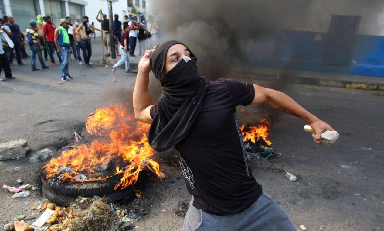 Manifestantes entram em confronto com militares na fronteira com a Colômbia, em Ureña Foto: ANDRES MARTINEZ CASARES / REUTERS