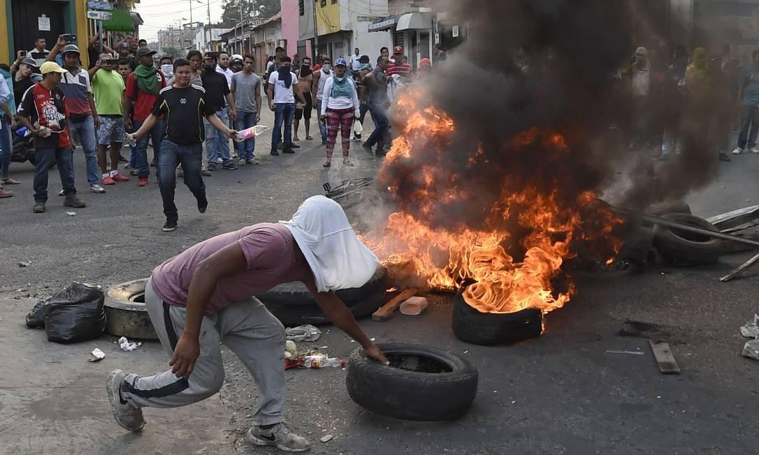 Em Ureña, manifestantes tentam atravessar a fronteira e são reprimidos Foto: JUAN BARRETO / AFP