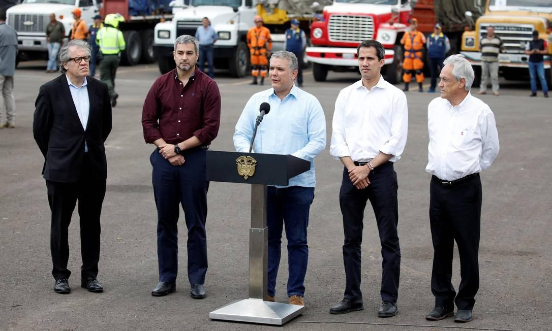Duque no púlpito e Guaidó à sua esquerda Foto: MARCO BELLO / REUTERS
