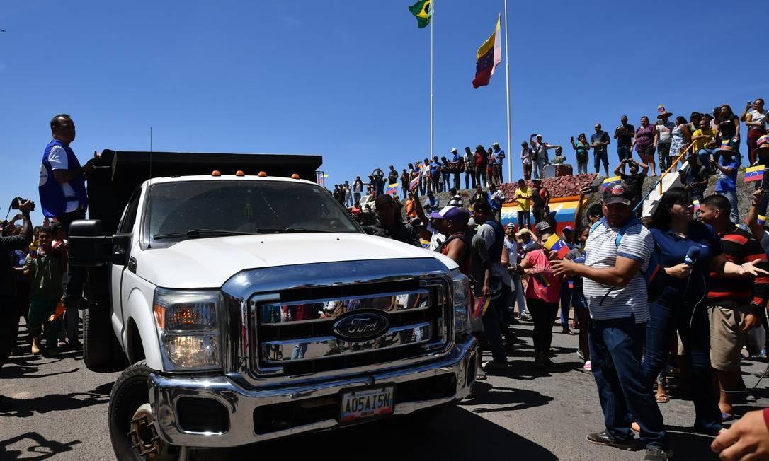 Uma das camionetes está estacionada do lado venezuelano do marco fronteiriço, mas antes do posto de entrada na Venezuela Foto: NELSON ALMEIDA / AFP
