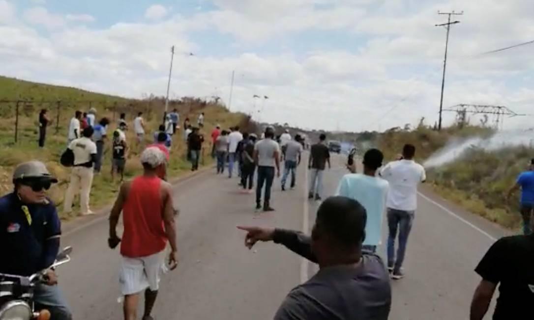 Agentes lançam gás lacrimogêneo contra pessoas em Santa Elena, na Venezuela Foto: SOCIAL MEDIA 22-02-2019 / IVAN DE JESUS YANEZ