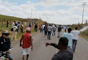 Agentes lançam gás lacrimogêneo contra pessoas em Santa Elena, na Venezuela; grupos armados deixaram quatro mortos e mais de 20 feridos perto da fronteira com o Brasil Foto: SOCIAL MEDIA 22-02-2019 / IVAN DE JESUS YANEZ