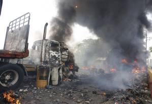 Caminhão que levava ajuda internacional da Colômbia para a Venezuela é queimado na ponte Francisco de Paula Santander, em Urenã Foto: SCHNEYDER MENDOZA / AFP