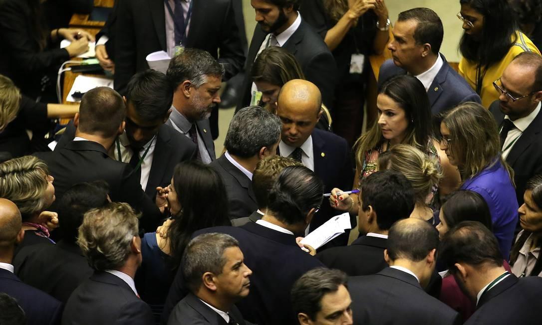 Deputados federais durante sessão na Câmara: governo não tem maioria oficial e agora corre contra o tempo para fazer maioria Foto: Jorge William / Agência O Globo