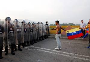 Venezuelanos confrontam policiais na ponte de Símon Bolívar, na fronteira entre Colômbia e Venezuela Foto: SCHNEYDER MENDOZA 23-02-2019 / AFP
