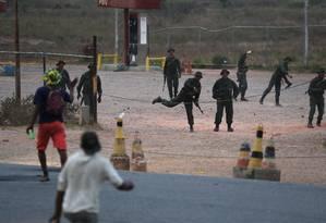 Manifestantes e agentes lançam pedras uns contra os outros na fronteira entre Venezuela e Brasil; posto militar foi incendiado Foto: RICARDO MORAES 23-02-2019 / REUTERS