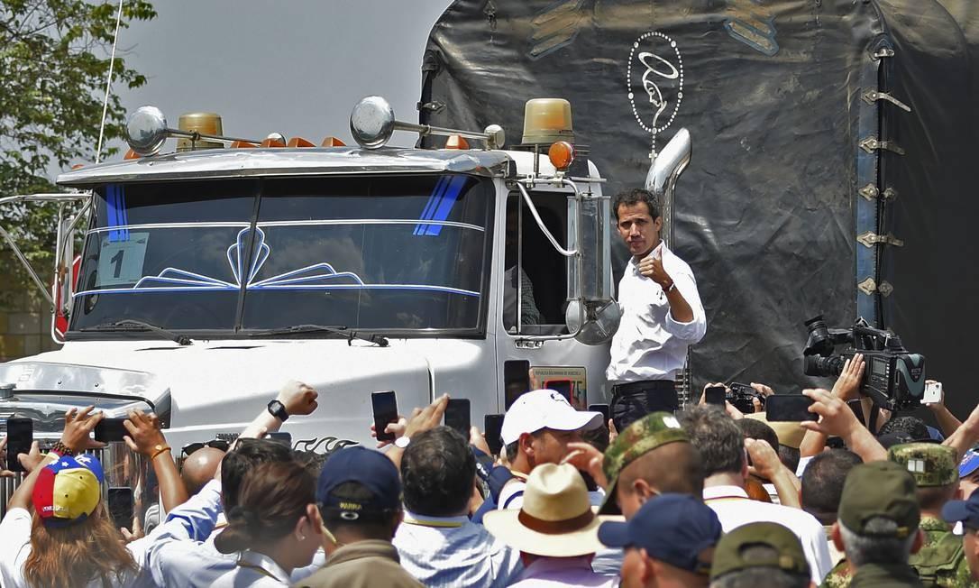 Líder opositor Juan Guaidó sobe em caminhão de ajuda internacional, barrado na fronteira com a Colômbia Foto: GUILLERMO MUNOZ / AFP
