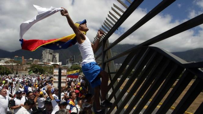Apoiadores da oposição fazem marcha em Caracas contra Maduro Foto: CRISTIAN HERNANDEZ / AFP
