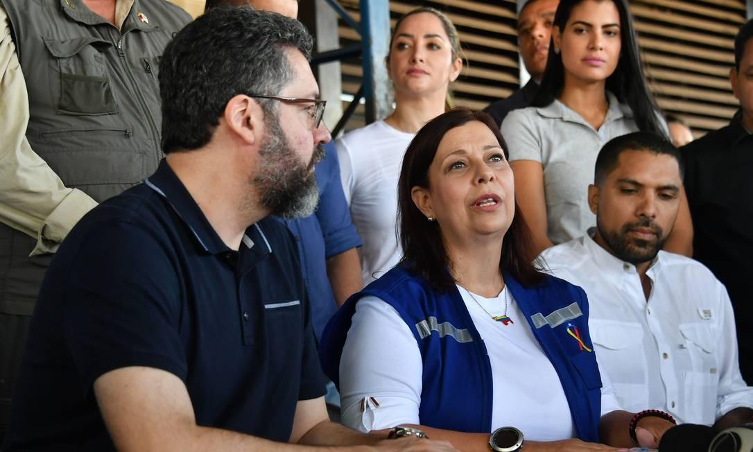 Ernesto Araújo acompanhou operação de ajuda em Pacaraima, Roraima, ao lado da 'embaixadora' de Guaidó no Brasil, Maria Teresa Belandría. Chanceler apontou 'momento decisivo' para transição no país vizinho Foto: NELSON ALMEIDA / AFP