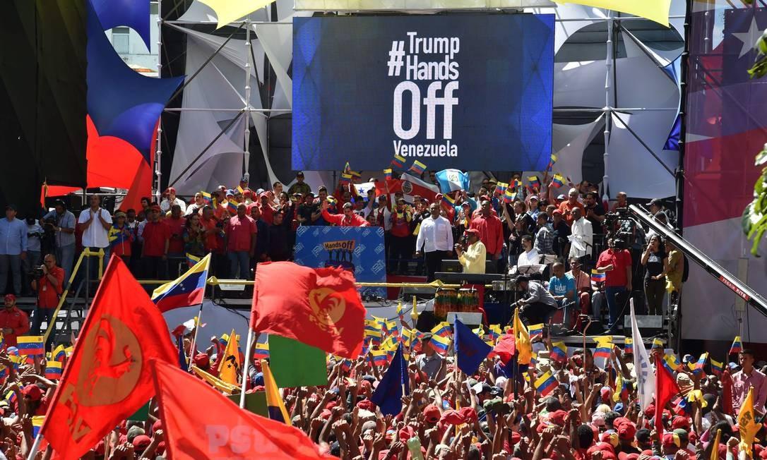 Em ato em Caracas, Maduro exalta resistência contra o que considera ser tentativa de intervenção estrangeira e rompe relações com Colômbia Foto: YURI CORTEZ / AFP