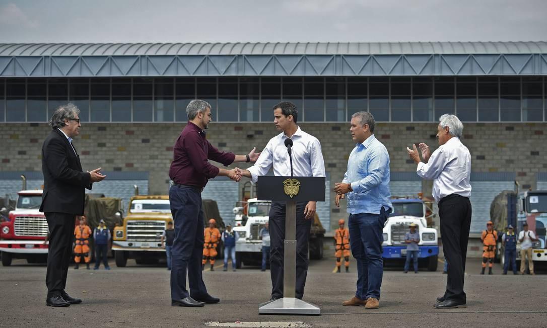 Oposição e chefes de Estado críticos a Maduro articulam entrega de ajuda humanitária para ajudar população e sensibilizar militares a romperem com o líder bolivariano Foto: GUILLERMO MUNOZ / AFP