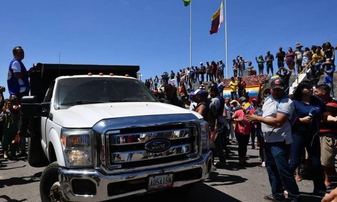 Camionetes provenientes de Colômbia e Brasil chegaram a solo venezuelano, mas não passaram de controle fronteiriço cercado por militares Foto: NELSON ALMEIDA / AFP