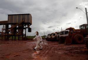 Trabalhador caminha em área interditada da Hydro Foto: Ricardo Moraes / Reuters