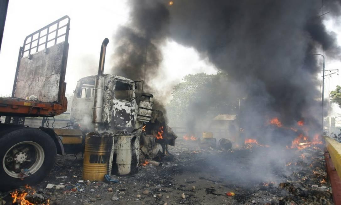 Caminhão com ajuda humanitária é queimado na ponte internacional Francisco de Paula Santander, entre Cúcuta, na Colômbia, e Ureña na Venezuela, em 23 de fevereiro Foto: AFP / Schneyder Mendoza