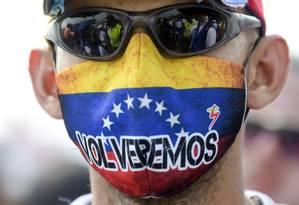 Um manifestante opositor venezuelano na ponte Tienditas, em Cúcuta, na fronteira entre Colômbia e Venezuela Foto: AFP / RAUL ARBOLEDA