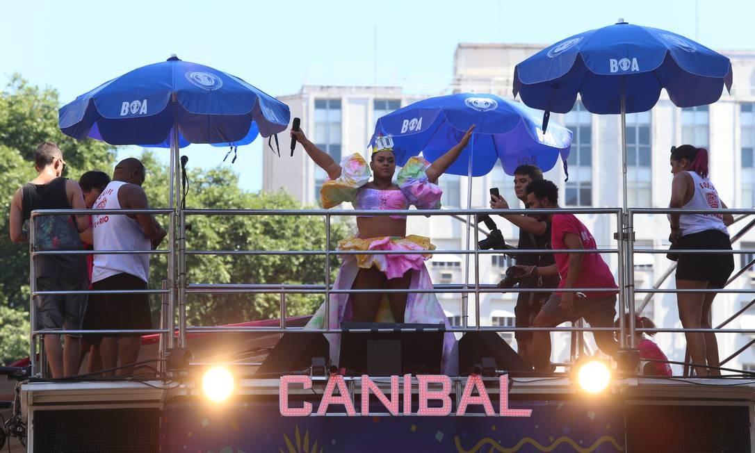 A cantora comanda multidão do alto do trio Foto: Fabiano rocha / Agência O Globo