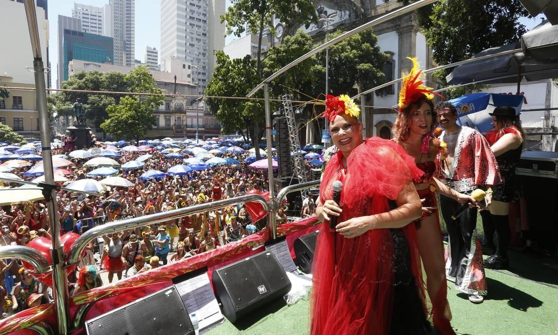 Fafá de Belém e a cantora Mariana Guedes no bloco Fogo e Paixão Foto: Fábio Guimarães / Agência O Globo