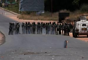 Manifestantes venezuelanos do lado brasileiro lançam pneus queimados contra militares venezuelanos do outro lado da fronteira Foto: RICARDO MORAES / REUTERS