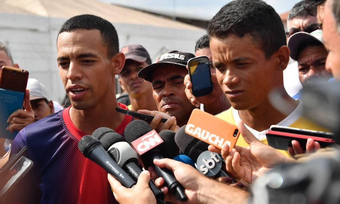 Os sargentos venezuelanos Jorge Luis González Romero e Jean Carlos Cesar Parra, que desertaram e fugiram para o Brasil Foto: NELSON ALMEIDA / AFP