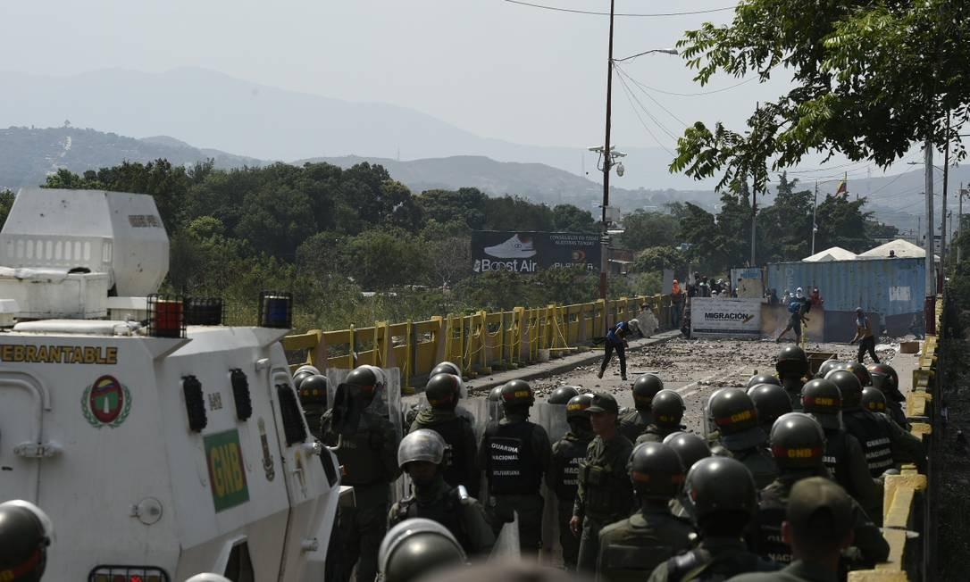Manifestantes e militares na ponte Símon Bolívar, que tradicionalmente é caminho para venezuelanos que precisam cruzar para a Colômbia em busca de alimentos; fronteira entre os dois países está fechada, assim como a divisa entre Brasil e Venezuela Foto: FEDERICO PARRA / AFP