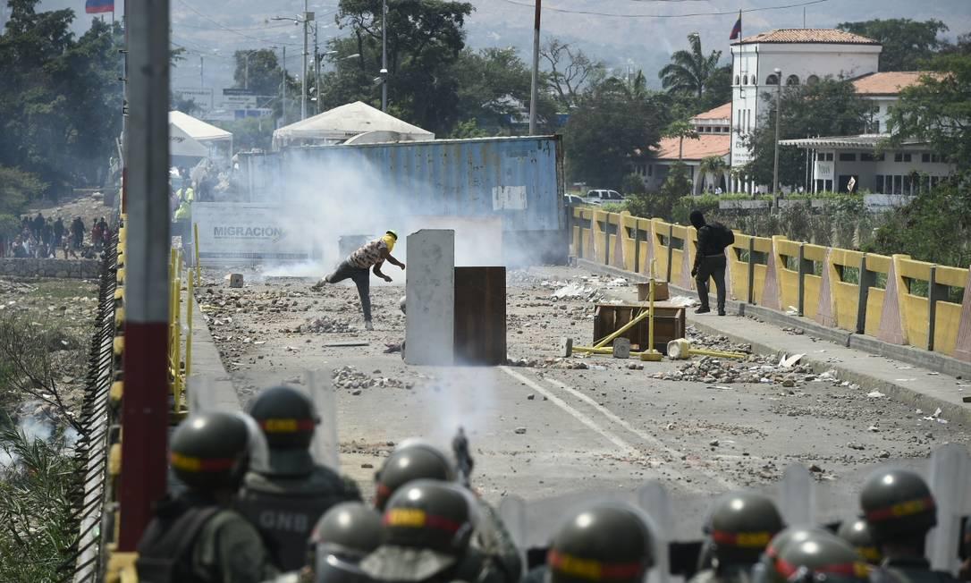 Manifestantes entram em confronto com as forças da Guarda Nacional venezuelana na ponte cional Simón Bolívar, que liga Cúcuta com a cidade venezuelana San Antonio del Táchira Foto: FEDERICO PARRA / AFP
