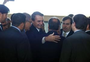Bolsonaro entre os presidentes da Câmara e do Senado, ao levar a proposta de reforma da Previdência ao Congresso Foto: Jorge William / Agência O Globo