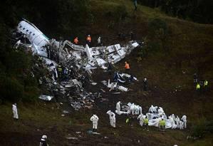 Queda do avião da LaMia deixou 71 vítimas, entre funcionários da Chapecoense, jornalistas e membros da tripulação Foto: RAUL ARBOLEDA / AFP