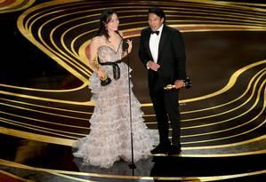 Os diretores Elizabeth Chai Vasarhelyi e Jimmy Chin recebem o prêmnio de melhor documentário por 'Free Solo' no Oscar 2019 Foto: KEVIN WINTER / AFP