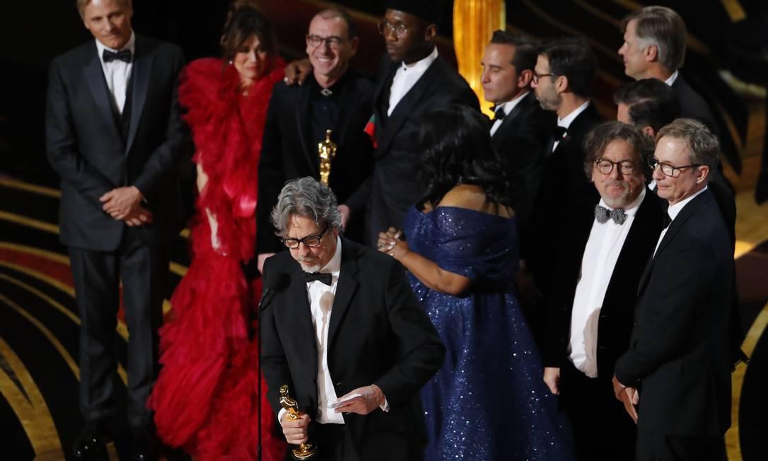 Com equipe de 'Green book' ao fundo, Peter Farrelly faz discurso de agradecimento pelo Oscar de melhor filme Foto: MIKE BLAKE / REUTERS