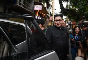 Sósia de Kim é escoltado por agentes vietnamitas Foto: MANAN VATSYAYANA 25-02-2019 / AFP