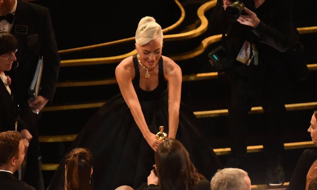 """Lady Gaga segura a estatueta do Oscar que ganhou na categoria melhor canção original, com a música """"A Shallow"""", do filme """"Nasce uma estrela"""" Foto: VALERIE MACON / AFP"""