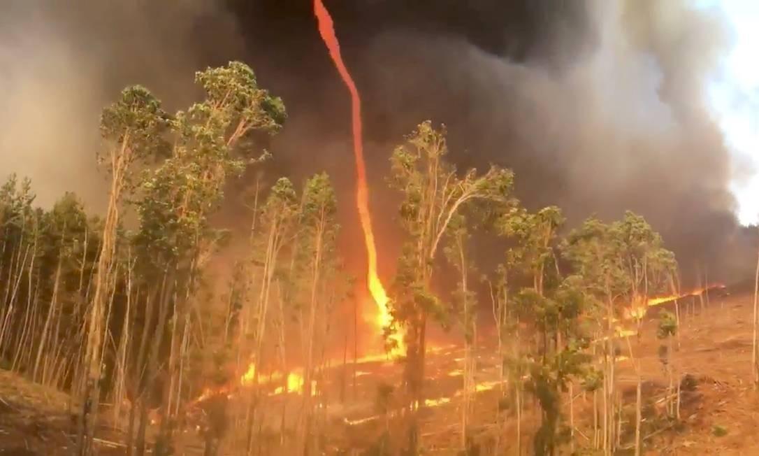 """Um """"firenado"""" – um redemoinho de fogo – é visto em Southampton, na Austrália. O fenômeno acontece quando a vegetação seca pega fogo e os fortes ventos provocam vórtices no local do incêndio Foto: SOCIAL MEDIA / THOMSON BROOK VBFB"""