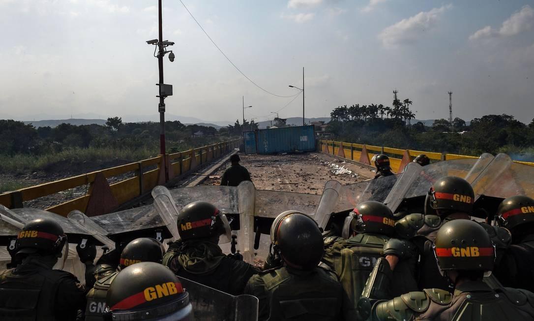 Membros da Guarda Nacional venezuelana enfrentam manifestantes da oposição na ponte internacional Simon Bolívar, em San Antonio del Táchira, na fronteira com a Colômbia Foto: FEDERICO PARRA / AFP