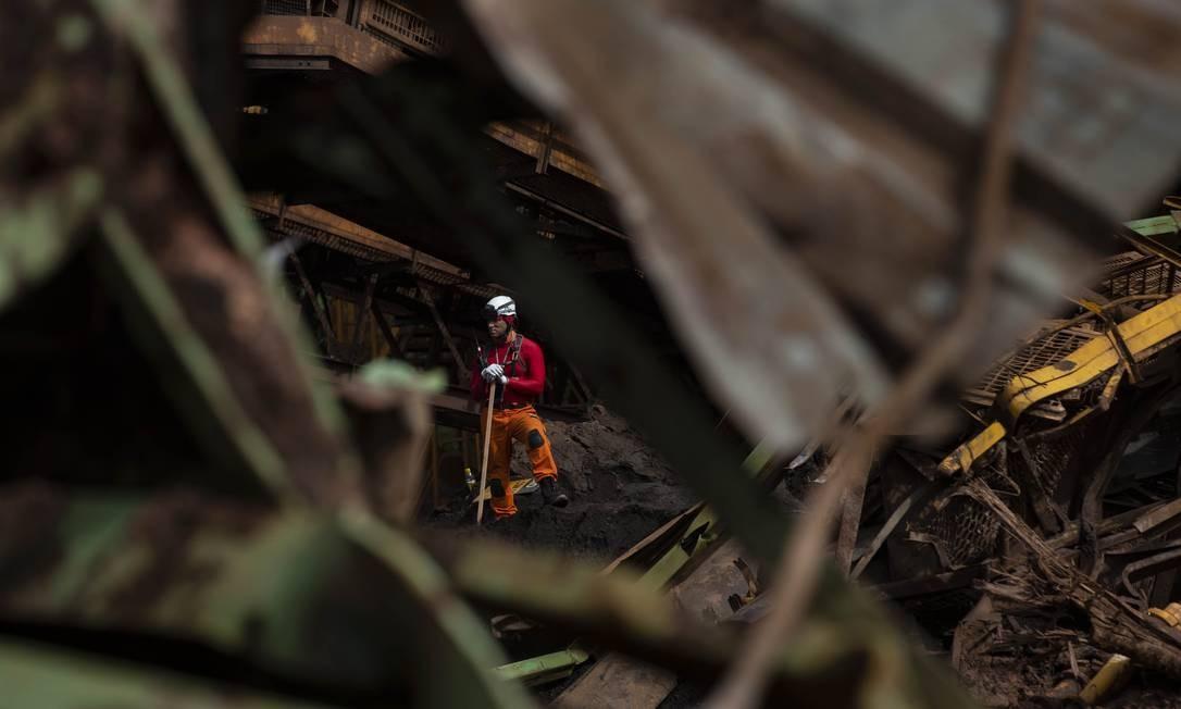 Ainda há 133 vítimas desaparecidas entre os destroços deixados pela 'tsunami' de lama na cidade mineira Foto: Alexandre Cassiano / Agência O Globo